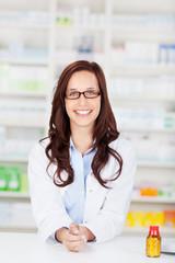 lächelnde apothekerin