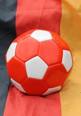 Ein Fussball mit Fahne