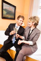 Geschäftsmann und Geschäftsfrau im Hotelzimmer