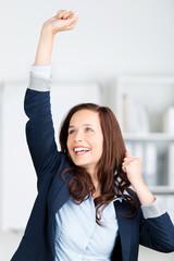 erfolgreiche geschäftsfrau freut sich
