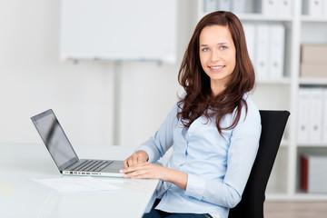 lächelnde geschäftsfrau am laptop