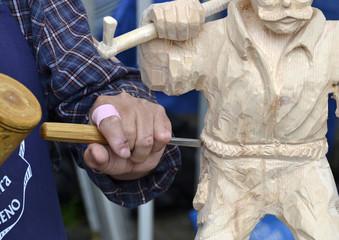 artigiano del legno- le mani al lavoro