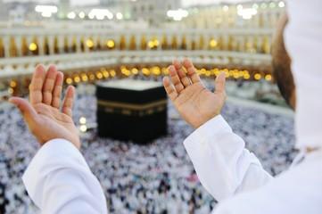 Fototapete - Muslim praying at Mekkah with hands up