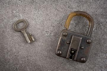 錆びた古い南京錠