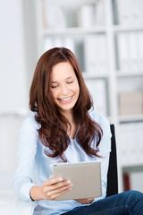 lächelnde geschäftsfrau liest am tablet-pc