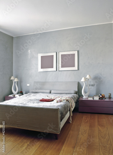 moderna camera da letto con parquet\