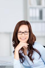 lächelnde geschäftsfrau mit brille