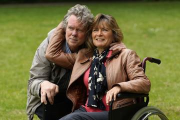 Älteres Paar - Frau im Rollstuhl