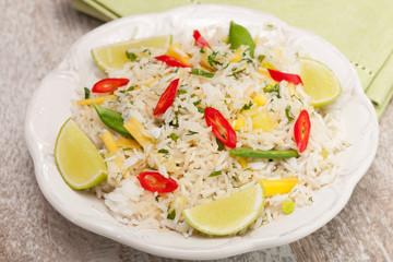 Ryż smażony z mango, groszkiem i chili