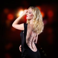 attraktive blonde Frau mit rückenfreiem Kleid
