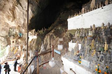 La grotta di Pak Ou sul fiume Mekong vicino a Luang Prabang