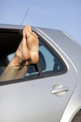 Füße aus Auto im Sommer