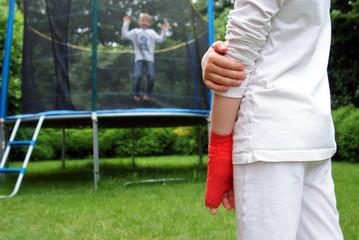 Trampolin Unfall Mädchen hat Finger gebrochen