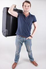 Der Mann hebt seinen schweren Koffer