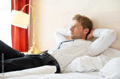 im bett liegender mann ruht sich aus stockfotos und lizenzfreie bilder auf bild. Black Bedroom Furniture Sets. Home Design Ideas