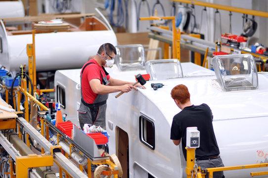 Fliessband Autoproduktion/ Caravans