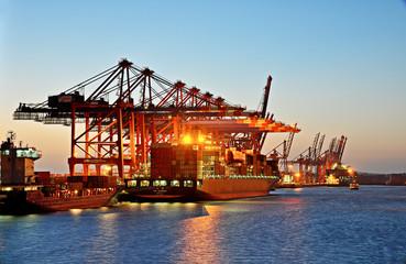 Containerschiff beim beladen