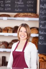 freundliche verkäuferin in der bäckerei