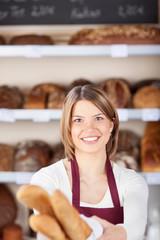 bäckereiverkäuferin mit baguettes