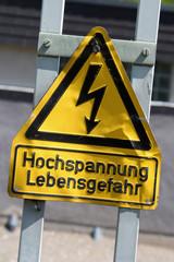 Schild: Hochspannung Lebensgefahr