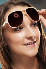 teenager hebt sonnenbrille und schaut zur seite