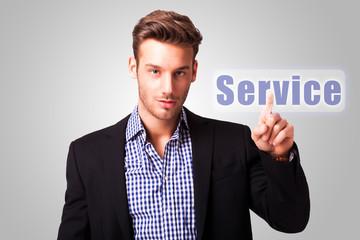 junger Mann drückt auf Service Button
