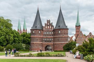Park mit Lübecker Holstentor