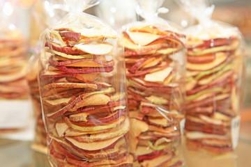 Getrocknete Apfelringe im Cellophantüten