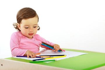 Ein Kind malt ein Bild