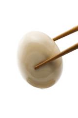 箸で掴んだおでんの卵