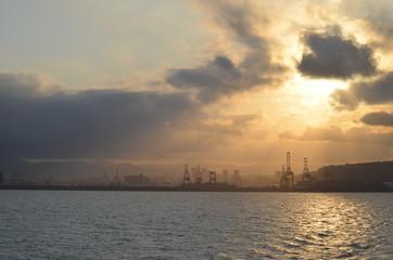 Vista de las grúas del puerto de Barcelona al atardecer