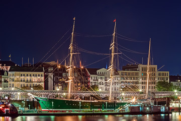 Rickmer Rickmers in Hamburg bei Nacht