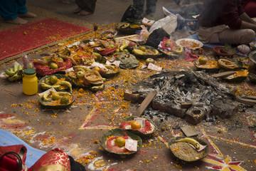 Offrandes lors d'une cérémonie hindouiste de préparation au m
