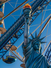 Eine Statue vor einem Riesenrad.