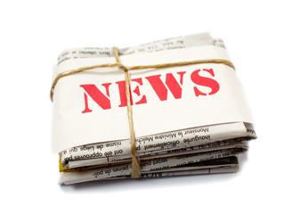 news rouge sur des journaux papier