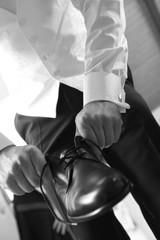 Bräutigam zieht Schuhe an