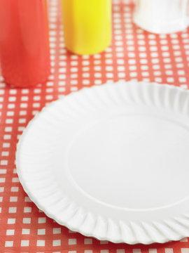 Assiette en carton sur nappe vichy