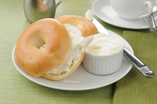 Sliced bagels with cream cheese
