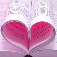 Różowe serce ze stron książki