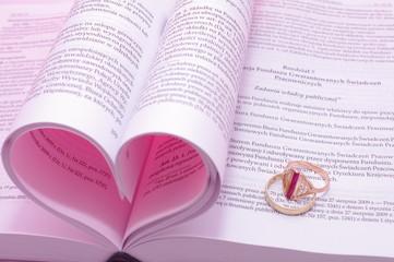 Różowe serce ze stron książki obrączki