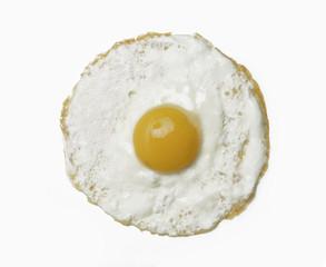 Huevo frito sobre fondo blanco.