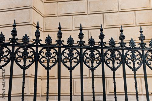 zaun vor einer villa mauer stockfotos und lizenzfreie bilder auf bild 43127327. Black Bedroom Furniture Sets. Home Design Ideas