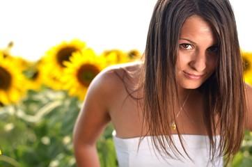 belle femme avec tournesol