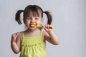 Girl brushing teeth Fototapete