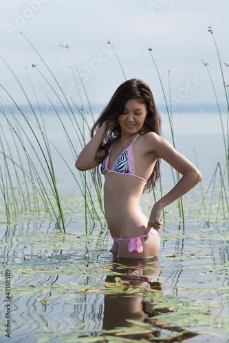 Красиво купается молодая девушка видео