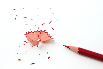 Roter Buntstift mit Spitzerresten