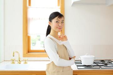 キッチンに立つ女の子