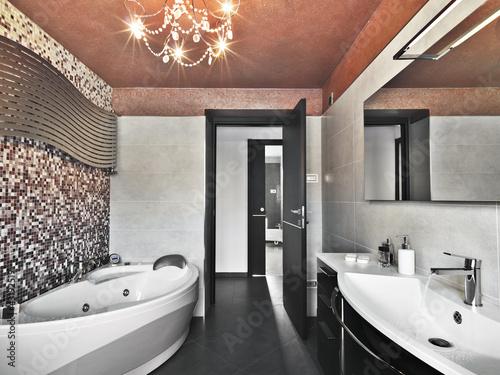 bagno moderno con vasca da bagno e lavabo di ceramica bianc ... - Bagni Moderni Con Vasca