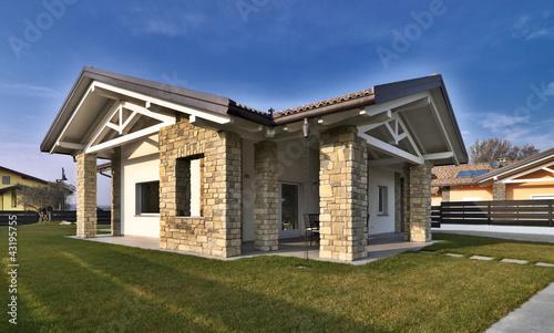 Villa moderna con giardino e muri di pietra immagini e for Giardino villa moderna