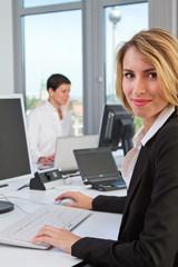 junge Frauen am Arbeitsplatz im Büro 3